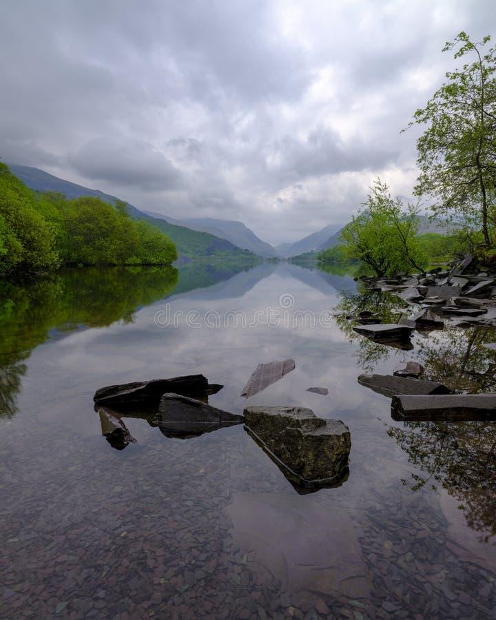 Llyn Padarn all'alba con un cielo nuvoloso presagente immagine stock libera da diritti