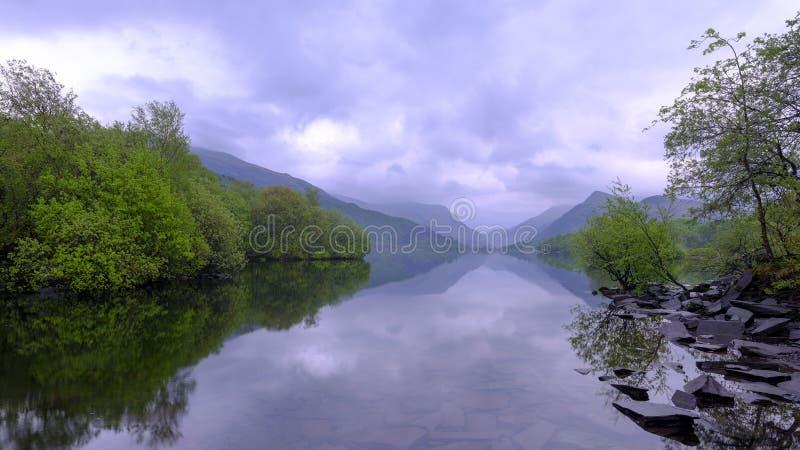 Llyn Padarn en el amanecer con un cielo cubierto presentimiento fotos de archivo libres de regalías