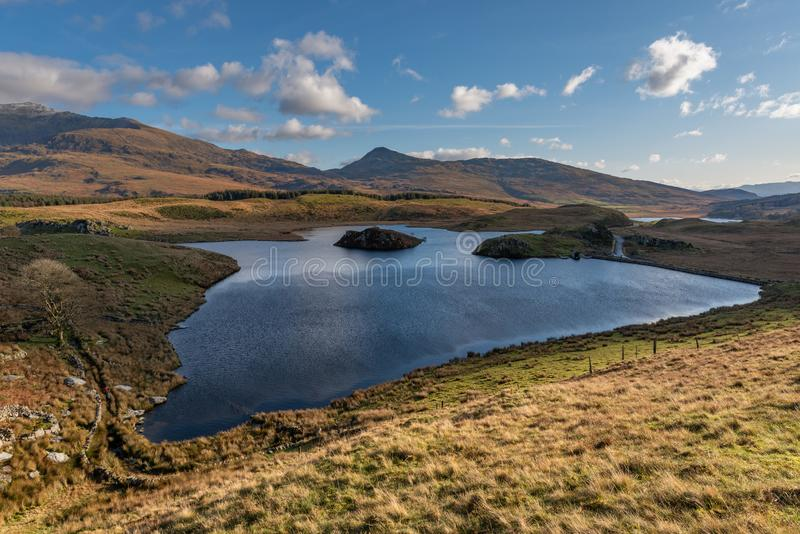 Llyn y Dywarchen和Snowdon在威尔士Snowdonia国家公园的全景 免版税库存图片