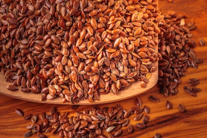Lnów ziaren linseed na drewnianej łyżce zdjęcia royalty free