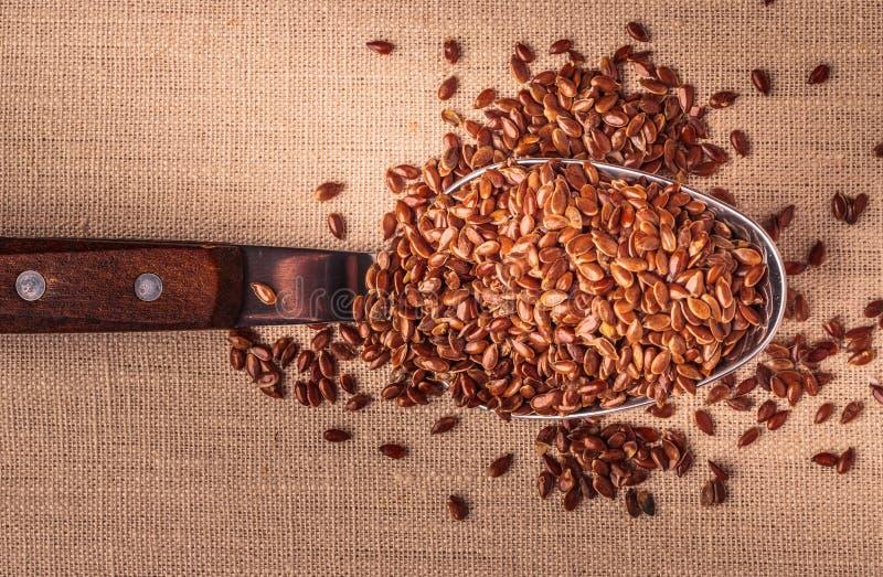 Lnów ziaren linseed na kuchennej łyżce zdjęcie stock