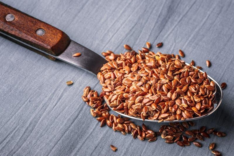 Lnów ziaren linseed na kuchennej łyżce obraz royalty free