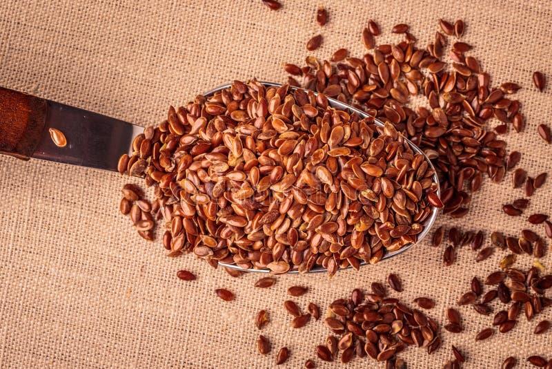 Lnów ziaren linseed na kuchennej łyżce fotografia royalty free