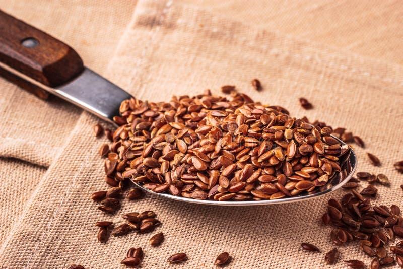 Lnów ziaren linseed na kuchennej łyżce zdjęcia stock