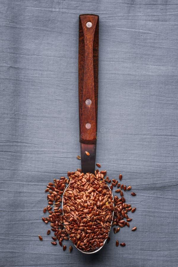 Lnów ziaren linseed na kuchennej łyżce fotografia stock