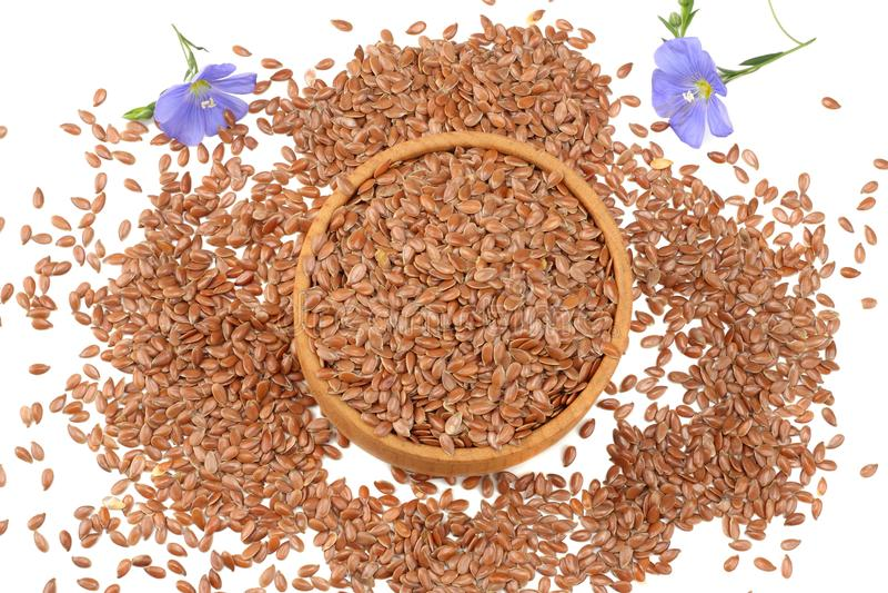 lnów ziarna w drewnianym pucharze z kwiatem odizolowywającym na białym tle flaxseed lub linseed zboża Odgórny widok obraz stock