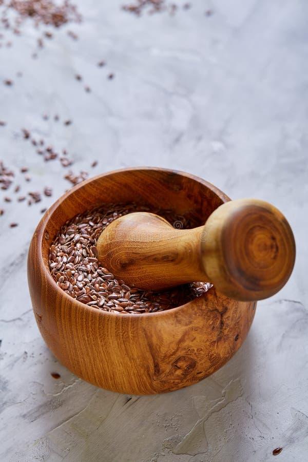 Lnów ziarna w pucharu i flaxseed oleju w szklanej butelce na świetle textured tło, odgórny widok, zakończenie, selekcyjna ostrość obraz stock