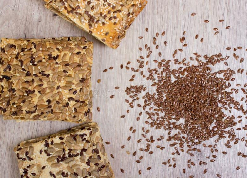 Lna ciastko Zdrowe przekąski, flaxseed dyniowi ziarna, kolendery, słonecznikowi ziarna Solone diety są crispy krakers obraz royalty free