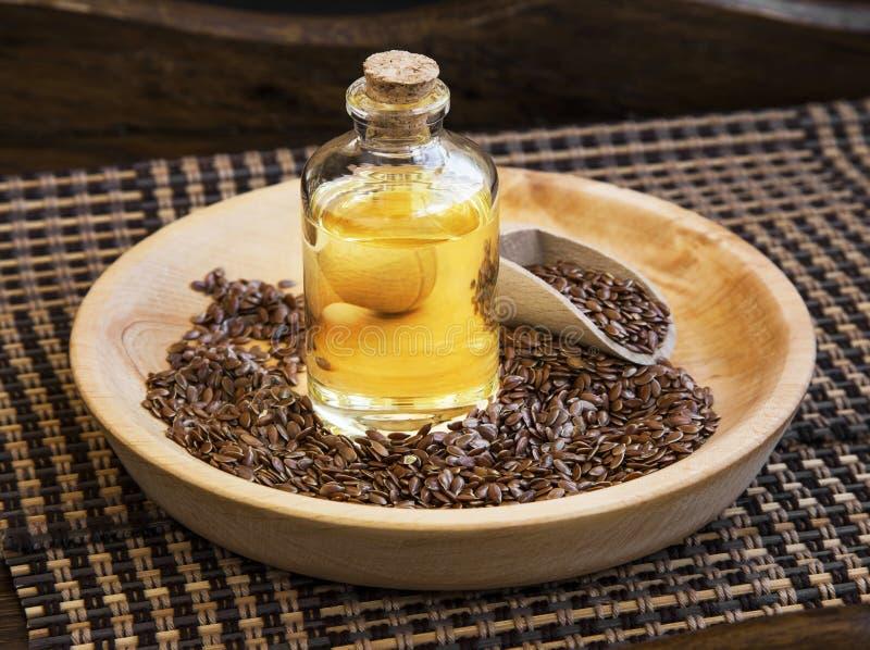 Lna nasieniodajny olej w butelce z lnów ziarnami fotografia stock