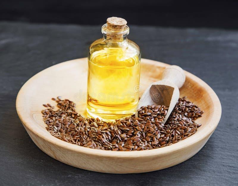 Lna nasieniodajny olej w przejrzystej butelce fotografia stock
