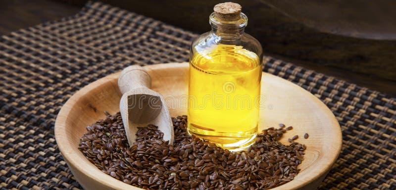Lna ziarna nafciana butelka, zdrowy sadło omega-3 nasieniodajny olej z lna se obrazy royalty free