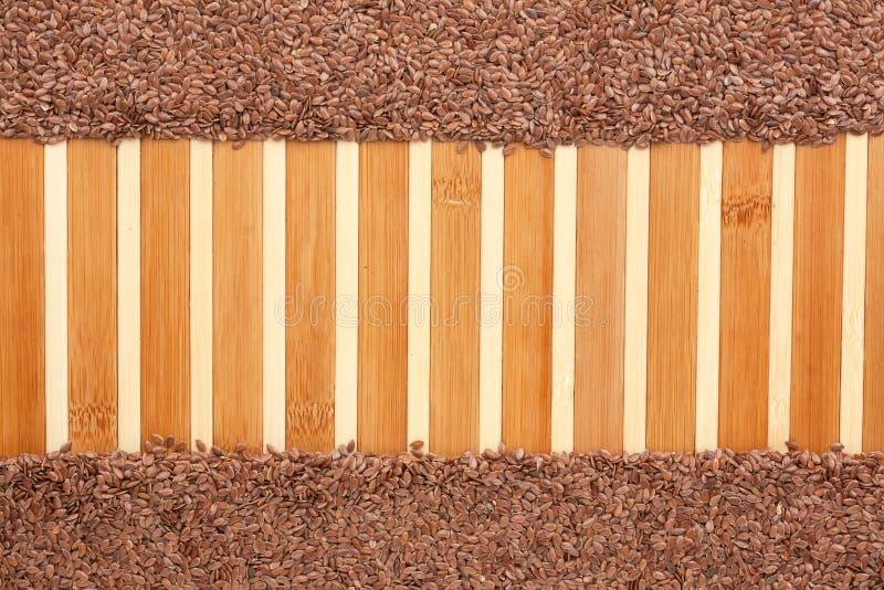 Lna ziarno na bambusowej macie zdjęcia stock