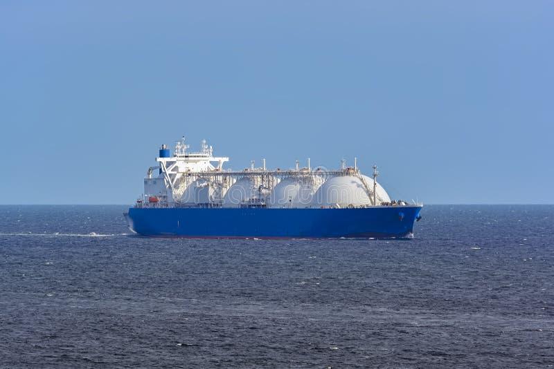 LNG-Tanker überschreitet durch Singapur-Straße stockfotos