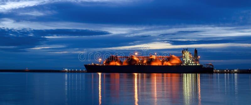 LNG-TANKER AM GAS-ANSCHLUSS lizenzfreie stockbilder