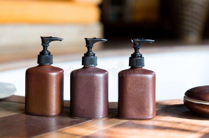 A loção do sabão líquido ou do corpo ajustou-se no banheiro do hotel imagens de stock