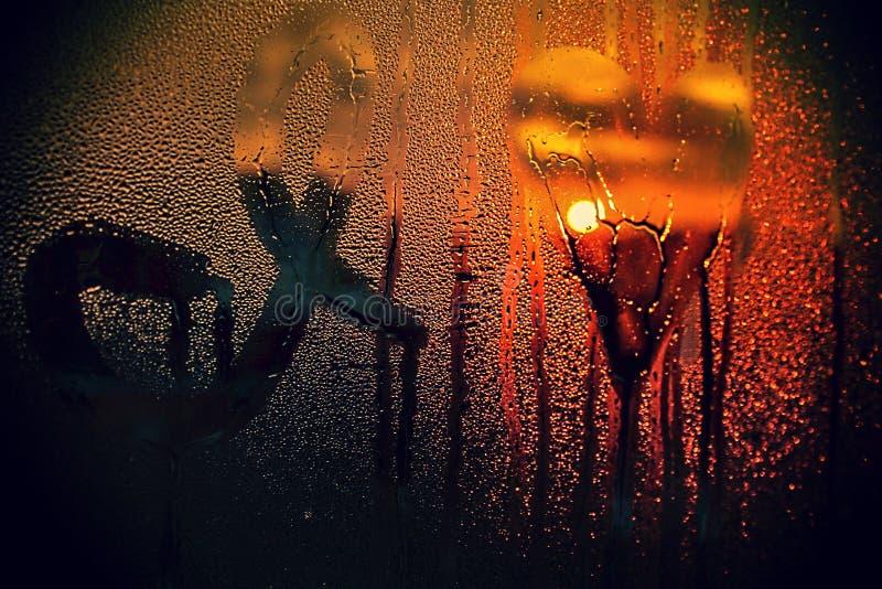 Lo amo scritto sulla finestra bagnata al tramonto fotografie stock libere da diritti