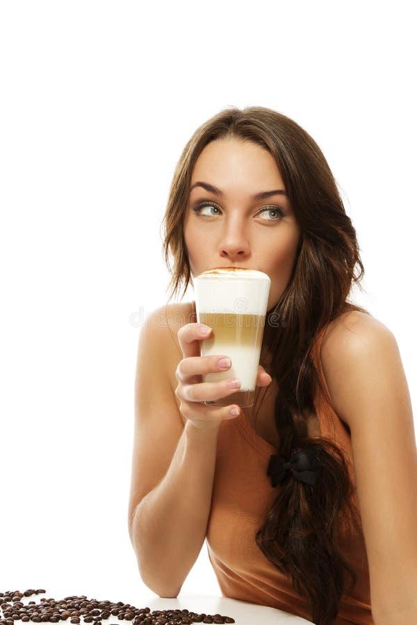 Lo bebendo do café do macchiato do latte da mulher bonita imagem de stock