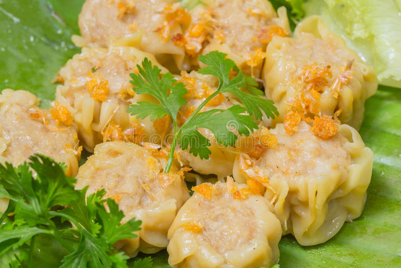 Lo gnocco cinese cotto a vapore Shumai è servito nello stile tailandese con aglio fritto immagini stock libere da diritti