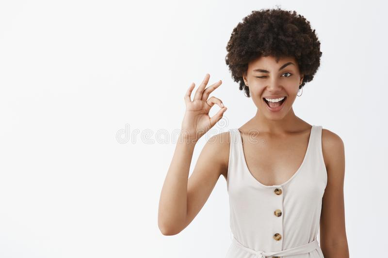 Lo ho ottenuto, tutto sarò eccellente Ritratto della donna emotiva piacevole e sicura con pelle e l'afro scuri immagine stock libera da diritti