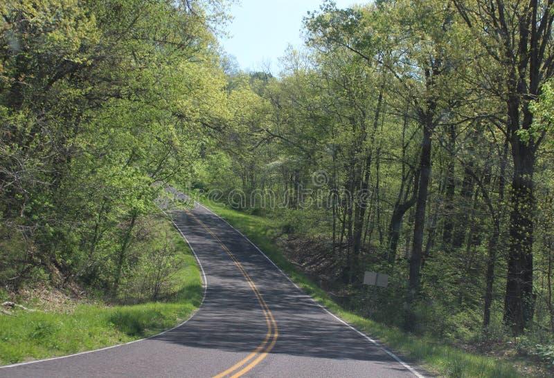 A lo largo de la carretera con curvas foto de archivo libre de regalías