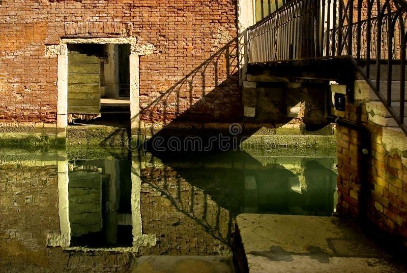 A lo largo de las calles de Venecia imagenes de archivo
