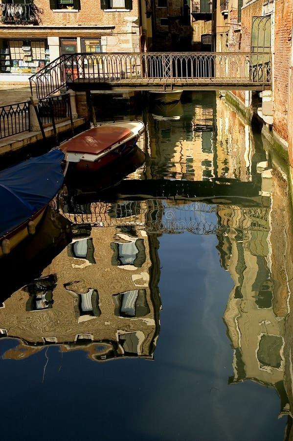A lo largo de las calles de Venecia imagen de archivo libre de regalías