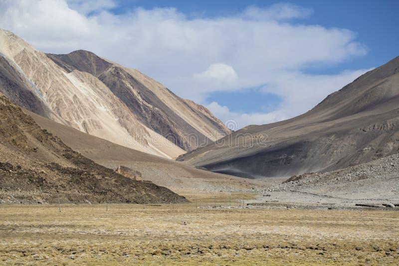 A lo largo de manera a la opinión del lago Pangong del fondo espectacular de la gama de Himalaya del paisaje de la montaña foto de archivo libre de regalías