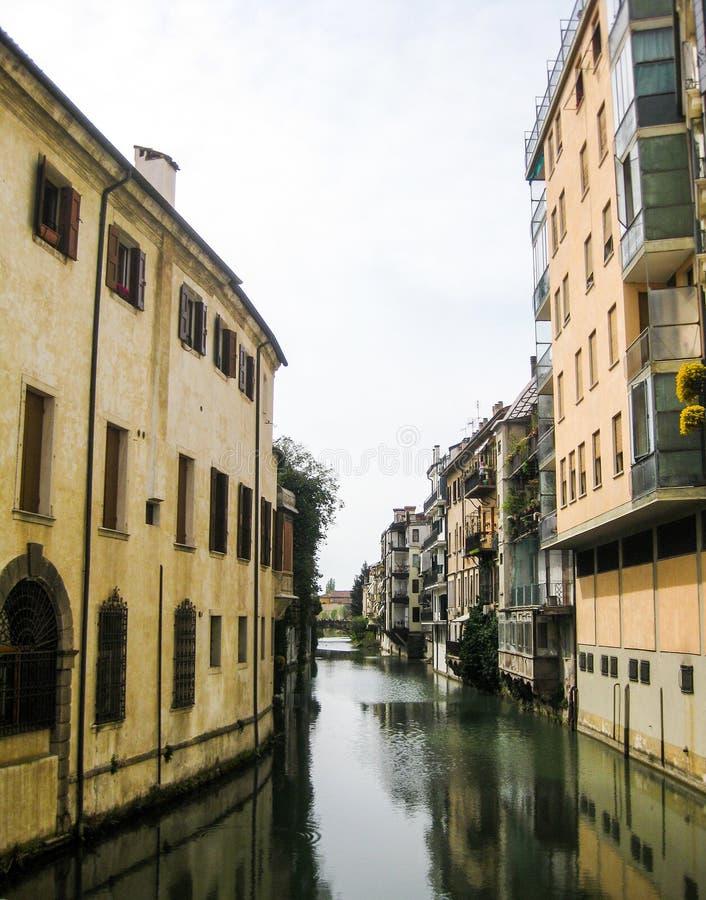 A lo largo del canal en Padua imagenes de archivo