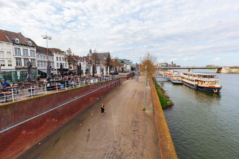 A lo largo del río la Mosa en Maastricht, Países Bajos fotografía de archivo libre de regalías