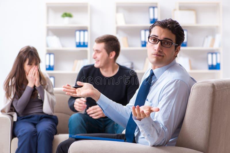 Download Lo Psicologo Di Visita Della Famiglia Per Il Problema Della Famiglia Immagine Stock - Immagine di counselor, discussione: 117977991