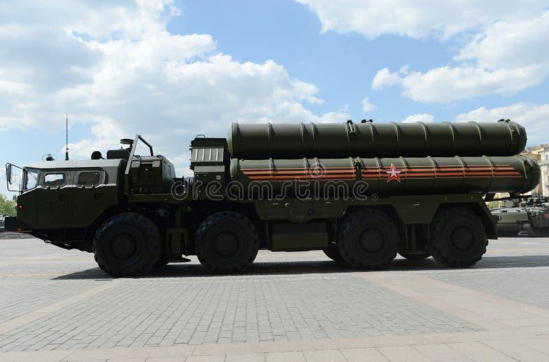 Lo S-400 Triumf (nome di segnalazione di NATO: Il rivelatore di cortocircuiti SA-21) è un sistema di armamento contraereo grande  immagini stock