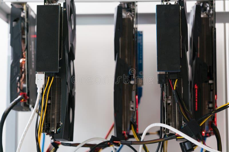 Lo scaffale aperto per estrazione mineraria di cryptocurrency comprende le carte grafiche, la scheda madre ed il disco rigido fotografia stock libera da diritti