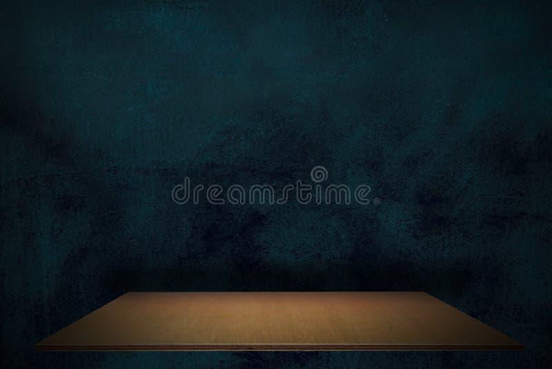 Lo scaffale di legno della plancia vuota al fondo di prodotto blu e nero della parete, deride su per esposizione o il montaggio d immagini stock libere da diritti
