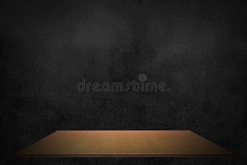 Lo scaffale di legno della plancia vuota al fondo di prodotto nero della parete, deride su per esposizione o il montaggio del pro immagini stock