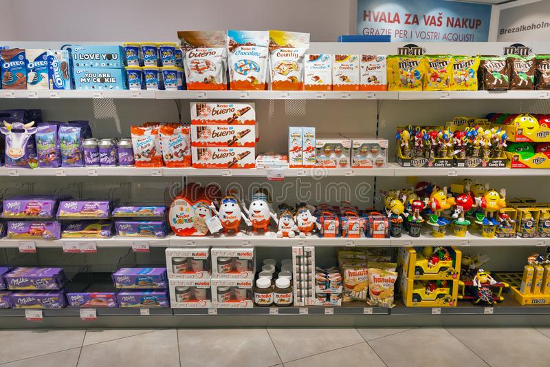 Lo scaffale di negozio del cioccolato nel viaggio libera il negozio Skofije, Slovenia immagini stock