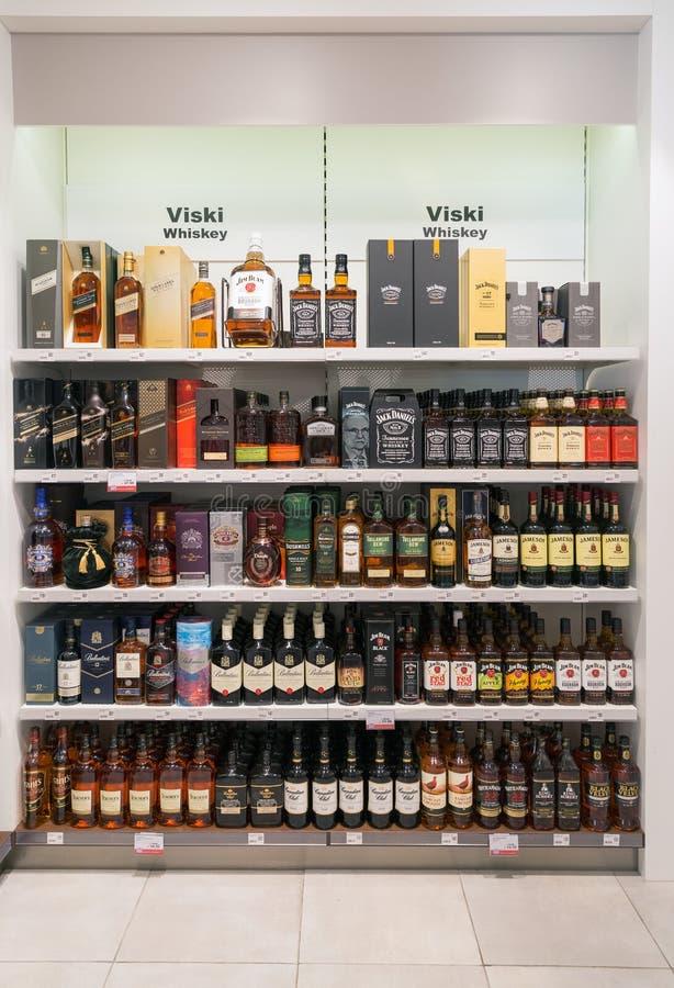 Lo scaffale di negozio del whiskey nel viaggio libera il negozio Skofije, Slovenia fotografie stock libere da diritti