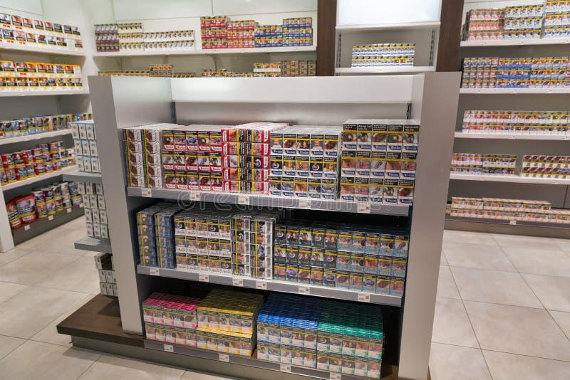 Lo scaffale di negozio della sigaretta nel viaggio libera il negozio Skofije, Slovenia fotografia stock