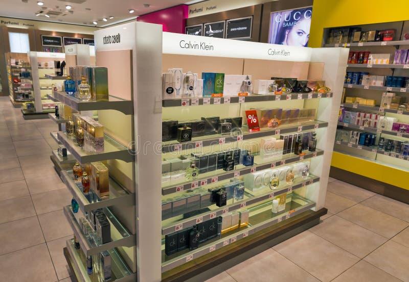 Lo scaffale di negozio di Parfumery nel viaggio libera il negozio Skofije, Slovenia fotografia stock