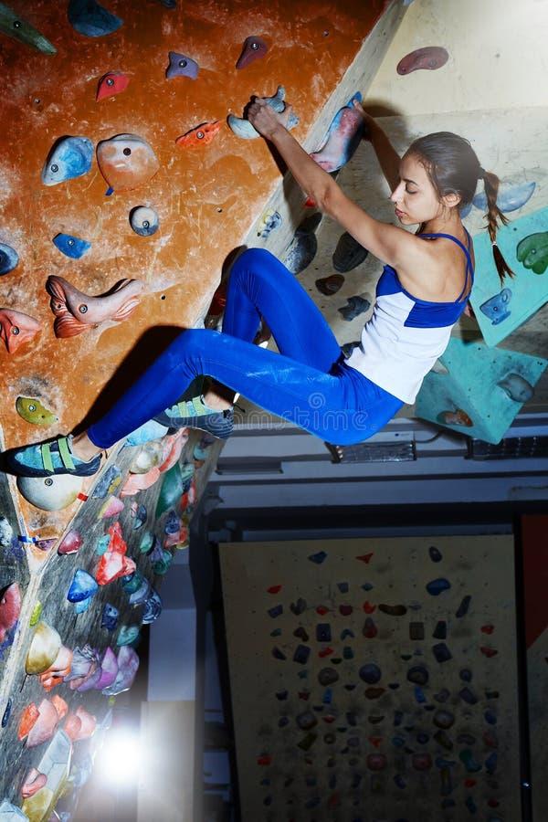 Lo scalatore attraente della donna scala all'interno fotografie stock libere da diritti