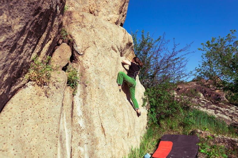 Lo scalatore bouldering all'aperto fotografie stock