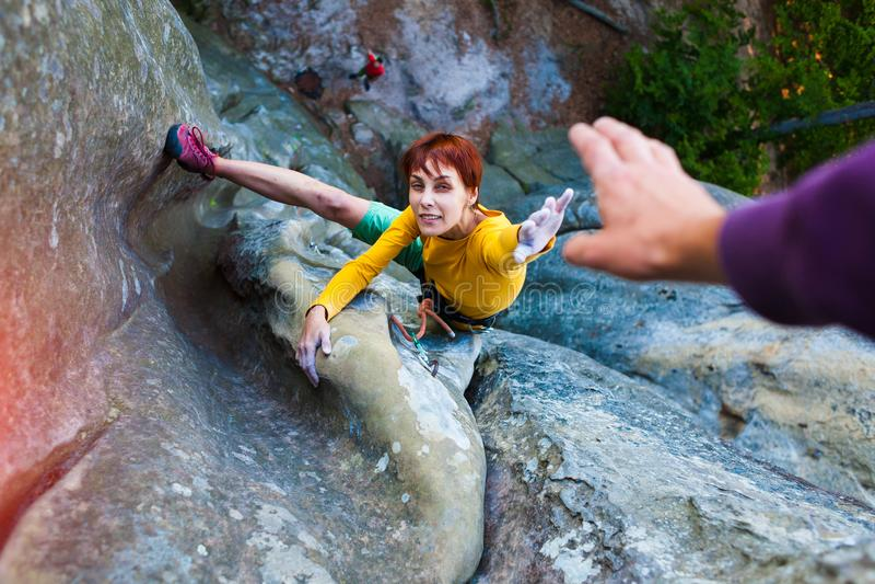 Lo scalatore dà cinque fotografia stock