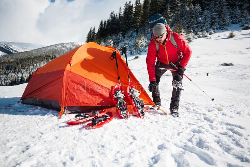Lo scalatore mette una tenda fotografia stock libera da diritti