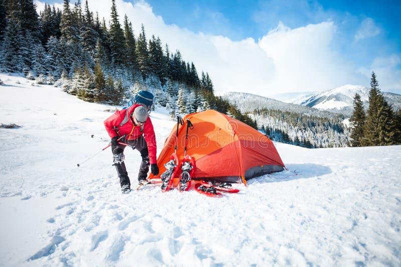 Lo scalatore mette una tenda immagine stock libera da diritti