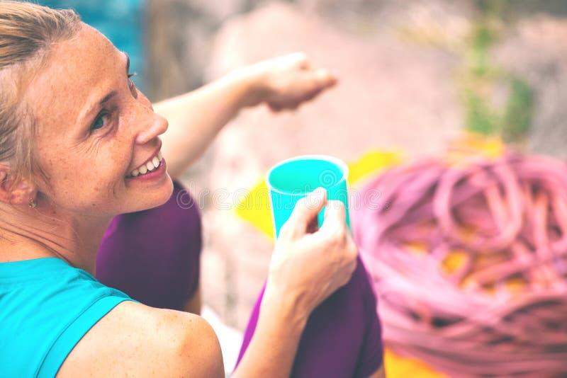 Lo scalatore sta bevendo da una tazza immagine stock libera da diritti