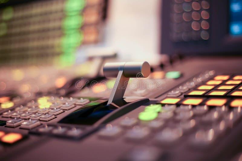 Lo scambista si abbottona in stazione televisiva dello studio, audio e scambista di produzione del video della radiodiffusione de immagine stock libera da diritti