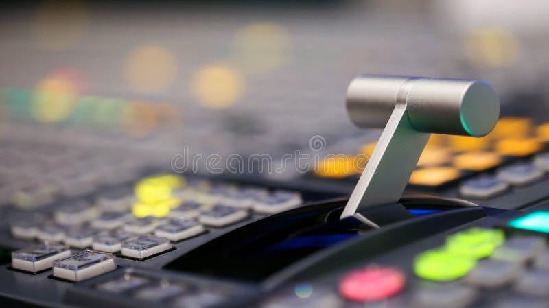 Lo scambista si abbottona in stazione televisiva dello studio, audio e video Productio fotografie stock libere da diritti