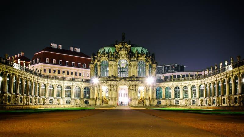Lo scape di notte del portone anteriore del palazzo di Zwinger a Dresda Germania Eurpoe fotografia stock