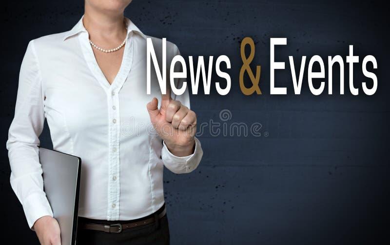 Lo schermo attivabile al tatto di eventi e di notizie è indicato dalla donna di affari immagini stock