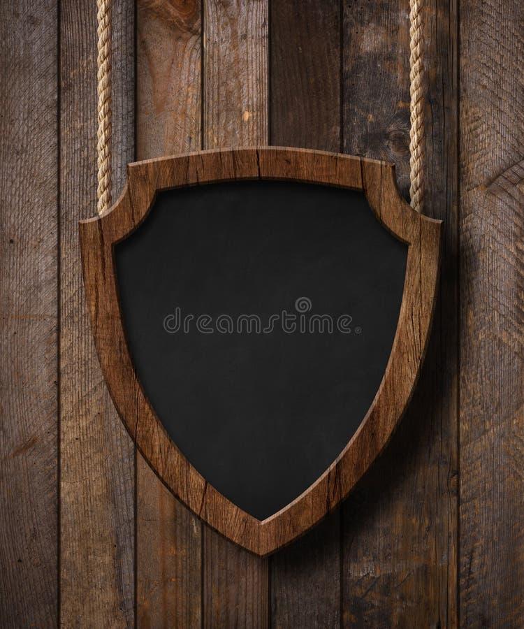 Lo schermo della protezione della difesa ha modellato la lavagna che appende sulle corde e sul fondo di legno delle plance fotografia stock