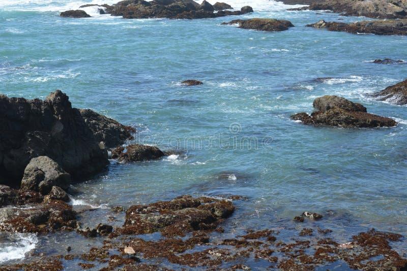 Lo schianto ondeggia alla spiaggia di vetro fotografia stock